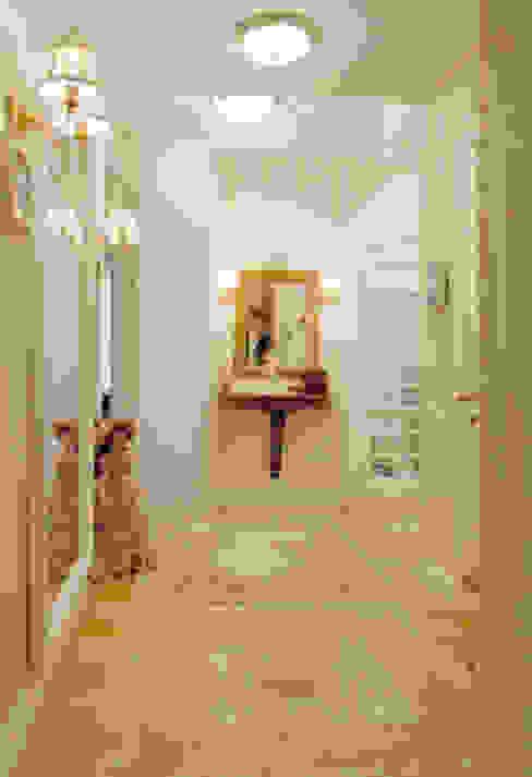 Цвета чайной розы Коридор, прихожая и лестница в классическом стиле от D&T Architects Классический