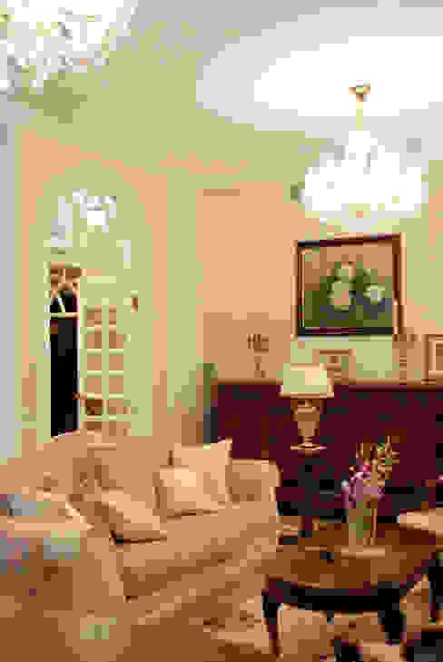 Цвета чайной розы Гостиная в классическом стиле от D&T Architects Классический