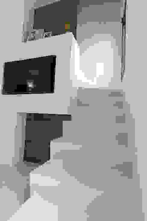 Casa G-F Ingresso, Corridoio & Scale in stile minimalista di QUADRASTUDIO Minimalista