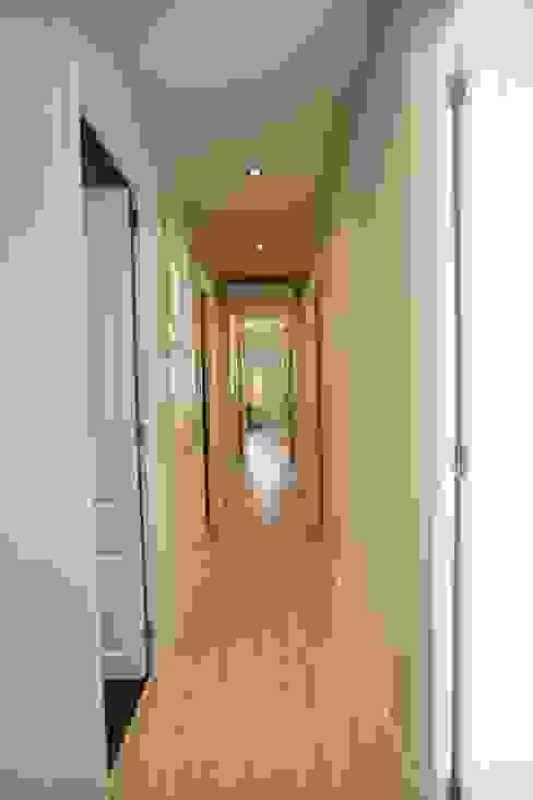 Pasillo Pasillos, vestíbulos y escaleras de estilo escandinavo de GPA Gestión de Proyectos Arquitectónicos ]gpa[® Escandinavo
