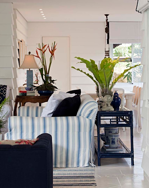 Salas de estar tropicais por homify Tropical