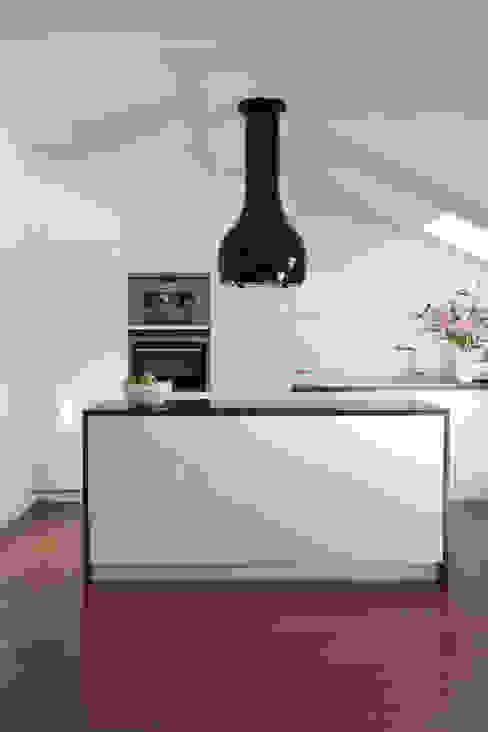 Mansarda: styl , w kategorii Kuchnia zaprojektowany przez Tarna Design Studio,Nowoczesny
