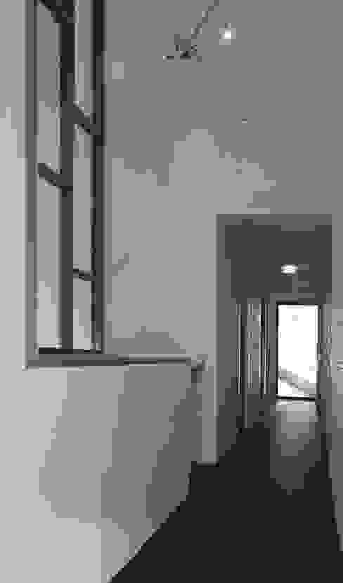 Modern Corridor, Hallway and Staircase by ddp-architectuur Modern