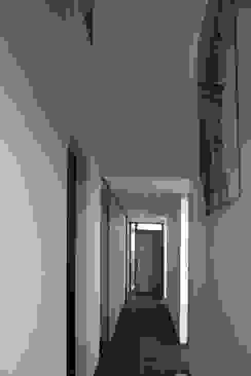hal begane grond Moderne gangen, hallen & trappenhuizen van ddp-architectuur Modern