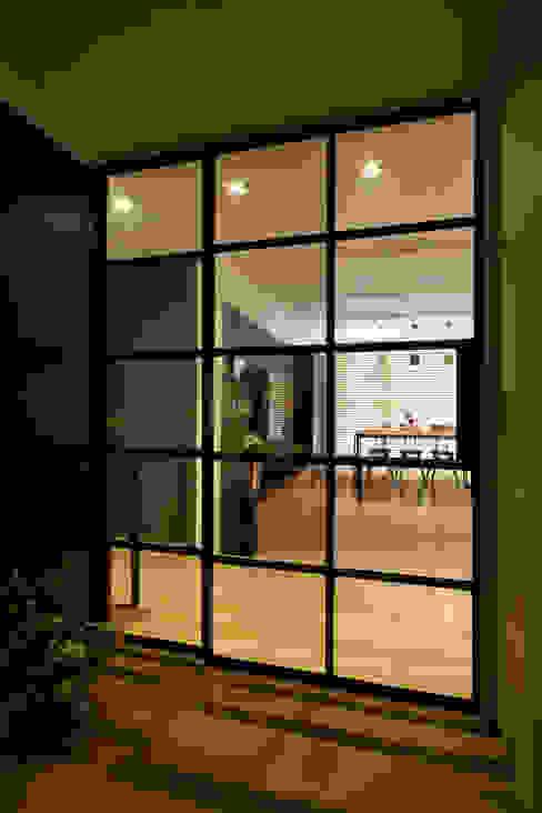 الممر الحديث، المدخل و الدرج من 디자인투플라이 حداثي