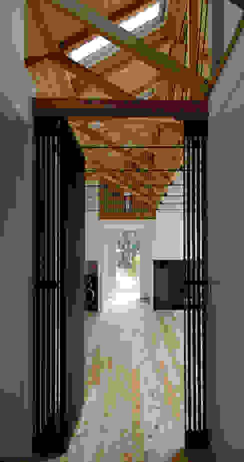 M-HOUSE内観1 トロピカルスタイルの 玄関&廊下&階段 の 3*D空間創考舎一級建築士事務所 トロピカル