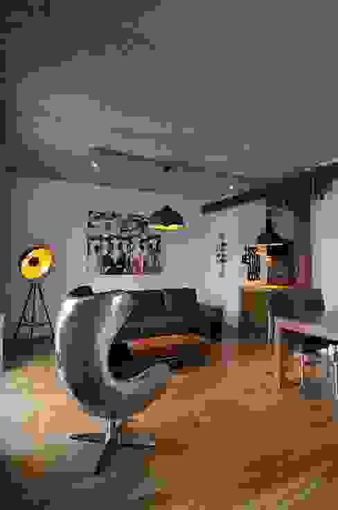 Loft w młynie. Industrialny salon od ARTEMA PRACOWANIA ARCHITEKTURY WNĘTRZ Industrialny
