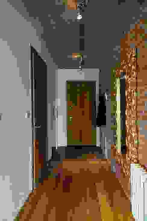 Loft w młynie. Industrialny korytarz, przedpokój i schody od ARTEMA PRACOWANIA ARCHITEKTURY WNĘTRZ Industrialny