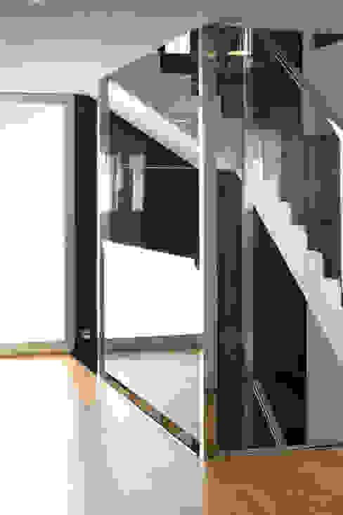 Escalera con dos cristaleras enfrentadas a modo de barandillas. La Pobla. Chiralt Arquitectos. de Chiralt Arquitectos Minimalista