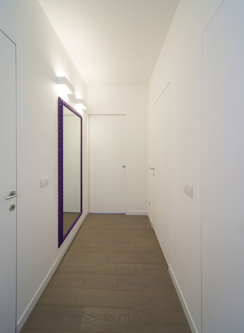 Couloir et hall d'entrée de style  par ristrutturami, Minimaliste