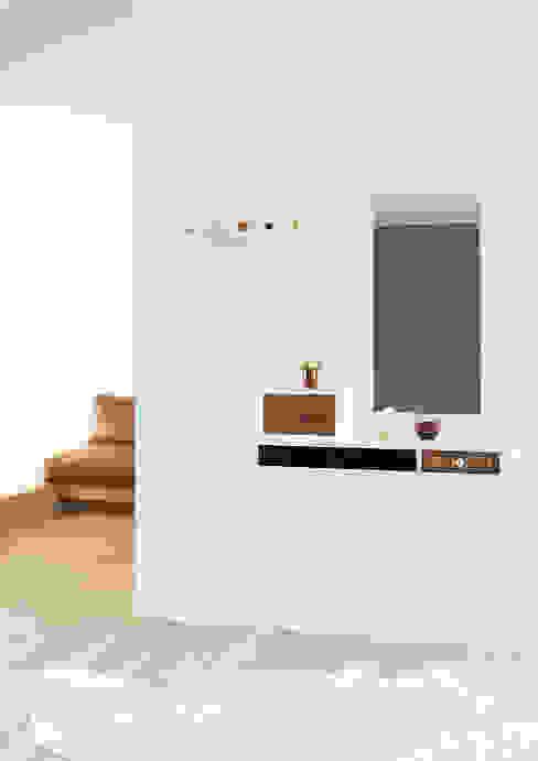 COLLECT Pasillos, vestíbulos y escaleras de estilo moderno de Versat Moderno