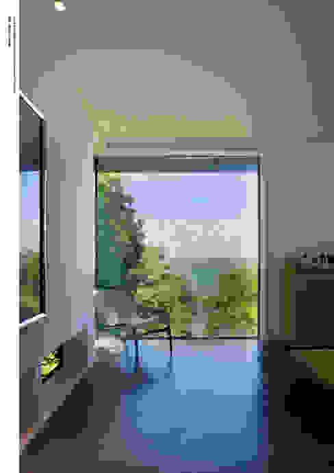Salas de estar  por The Manser Practice Architects + Designers,