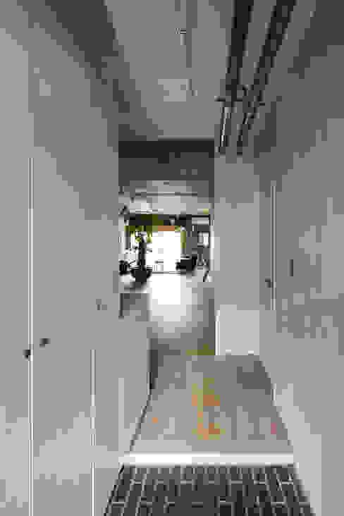 Couloir et hall d'entrée de style  par 松島潤平建築設計事務所 / JP architects, Éclectique