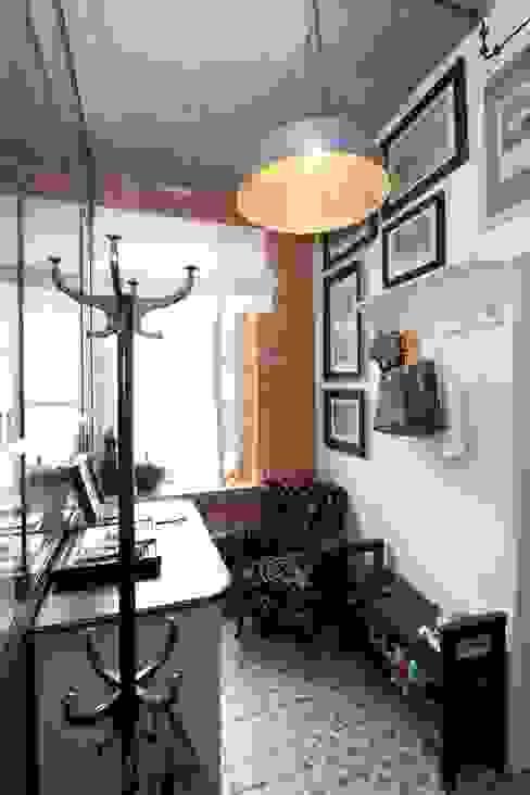 Pasillos, vestíbulos y escaleras industriales de livinghome wnętrza Katarzyna Sybilska Industrial