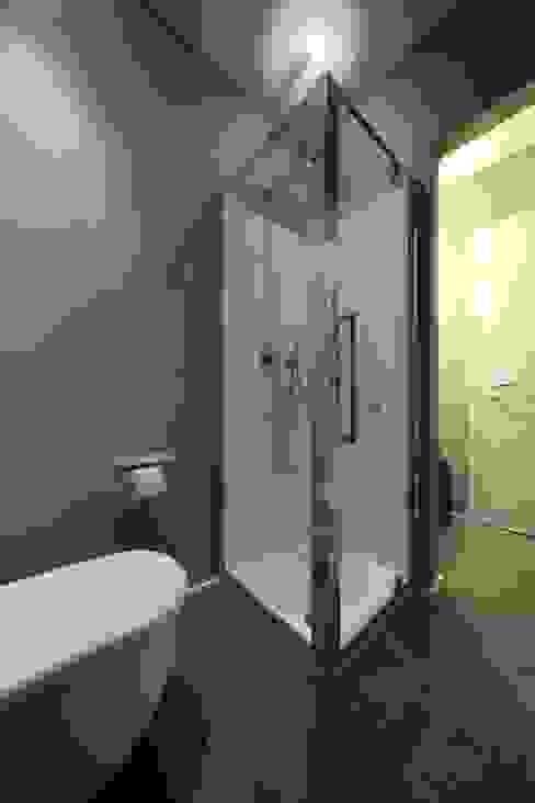 Salle de bain minimaliste par ristrutturami Minimaliste