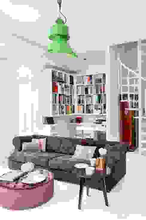 białe mieszkanie dwupoziomowe Warszawa Nowoczesny salon od livinghome wnętrza Katarzyna Sybilska Nowoczesny
