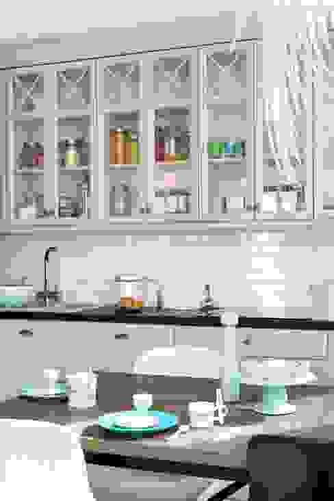 białe mieszkanie dwupoziomowe Warszawa Nowoczesna kuchnia od livinghome wnętrza Katarzyna Sybilska Nowoczesny