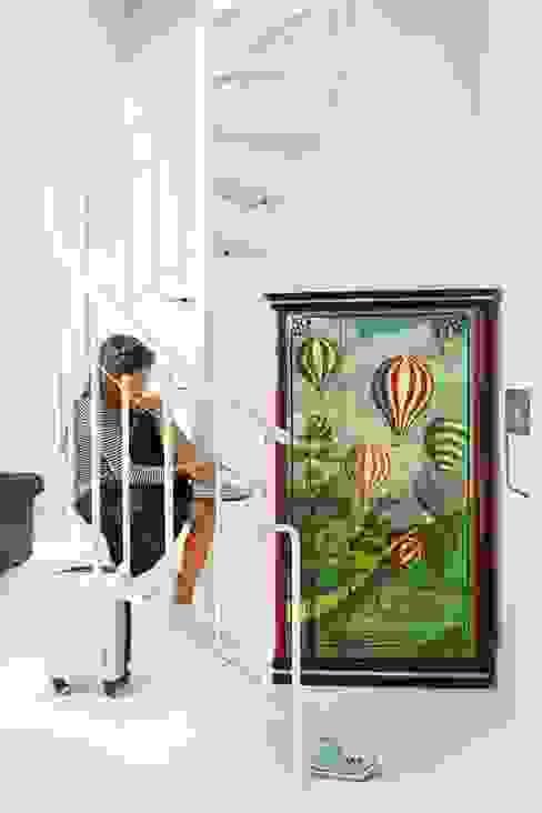 białe mieszkanie dwupoziomowe Warszawa Nowoczesny korytarz, przedpokój i schody od livinghome wnętrza Katarzyna Sybilska Nowoczesny