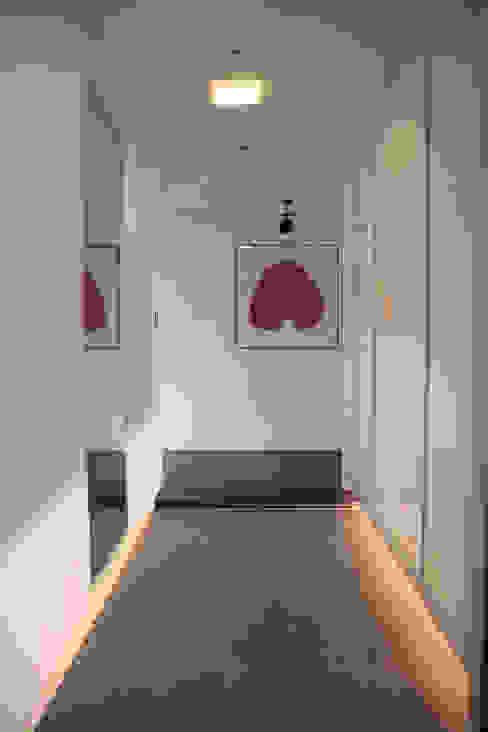 현관 전실 (After): 1204디자인의 현대 ,모던