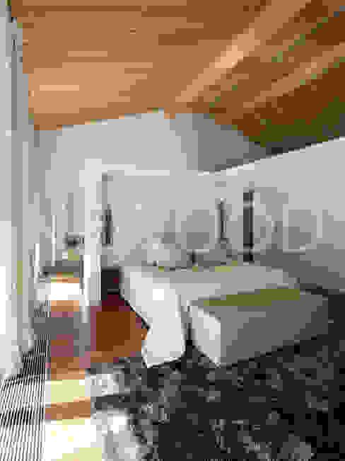 """Дом """"Woodlark"""" - комбинированные конструкции: Спальни в . Автор – NEWOOD - Современные деревянные дома,"""