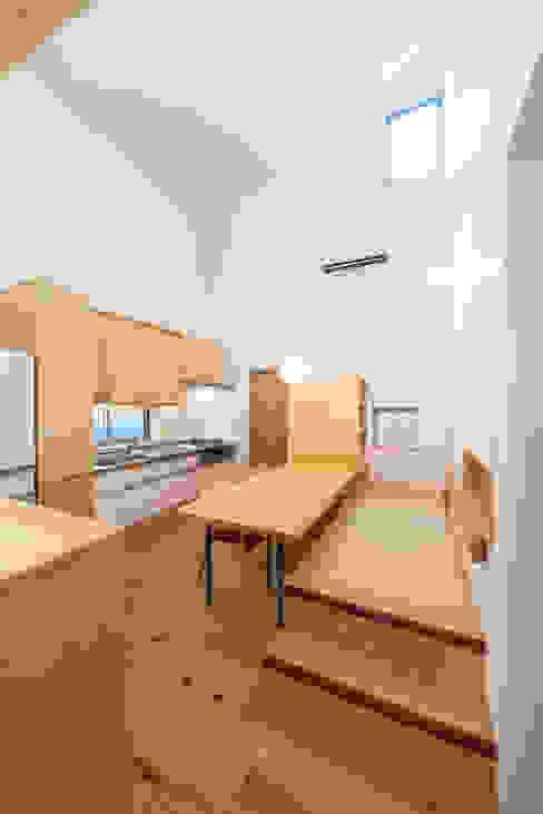 二つのデッキの家 モダンデザインの ダイニング の FAD建築事務所 モダン
