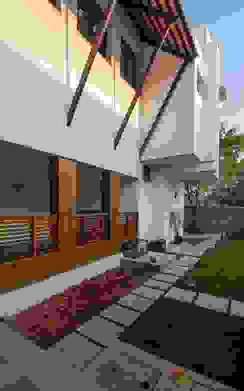 Mrs.&Mr. REKHA THANGAPPAN RESIDENCE AT JUHU BEACH, KAANATHUR, EAST COAST ROAD, CHENNAI Modern houses by Muraliarchitects Modern