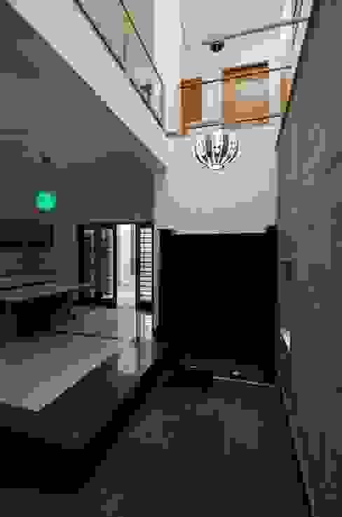 Mrs.&Mr. REKHA THANGAPPAN RESIDENCE AT JUHU BEACH, KAANATHUR, EAST COAST ROAD, CHENNAI Modern living room by Muraliarchitects Modern