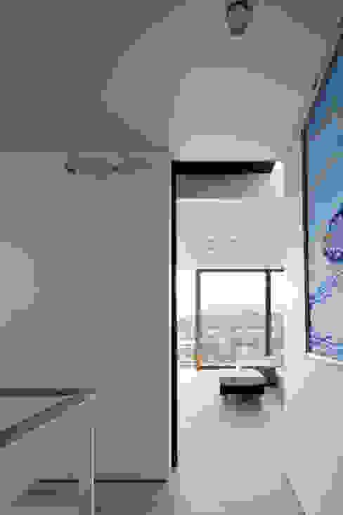 ห้องโถงทางเดินและบันไดสมัยใหม่ โดย プラスアトリエ一級建築士事務所 โมเดิร์น