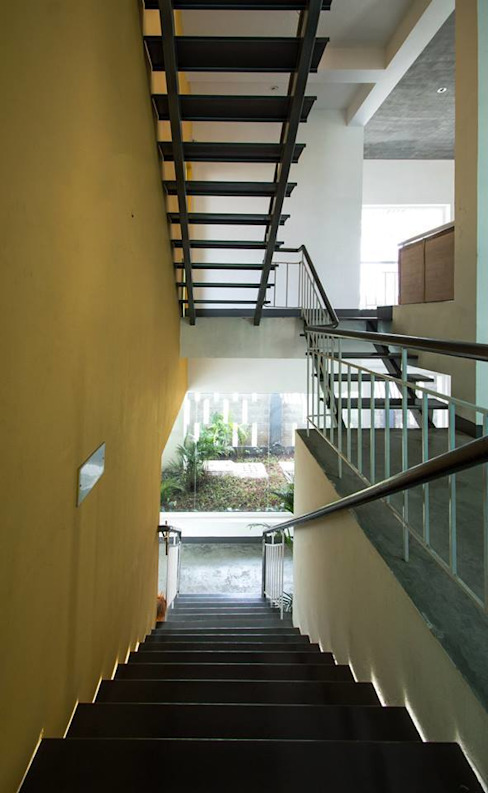 Mrs & Mr.JUSTIN S RESIDENCE AT MEDAVAKKAM, CHENNAI Rustic style corridor, hallway & stairs by Muraliarchitects Rustic