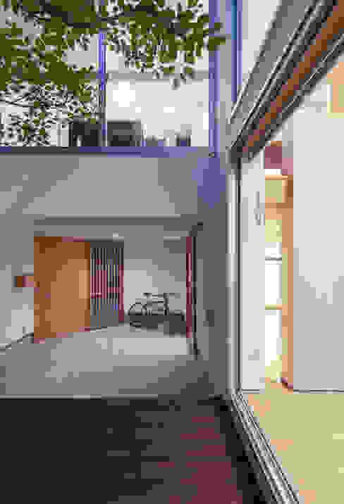 中庭: プラスアトリエ一級建築士事務所が手掛けたテラス・ベランダです。
