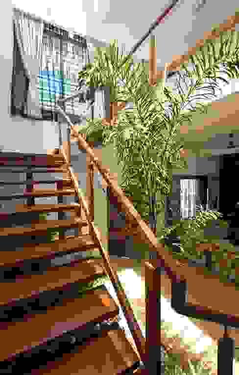 mr sajeev kumar s residence at girugambakkam, near m.i.o.t hospital, chennai ,tamilnadu Modern corridor, hallway & stairs by Muraliarchitects Modern