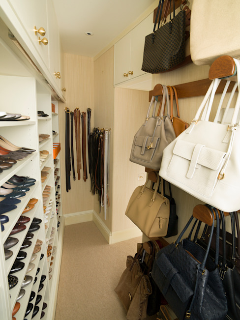 Walk in Closet with storage for Shoes and Handbags designed and made by Tim Wood Tim Wood Limited Vestidores y placares de estilo clásico