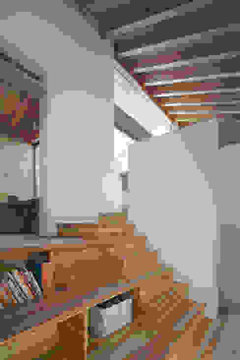 Pasillos, vestíbulos y escaleras de estilo moderno de プラスアトリエ一級建築士事務所 Moderno