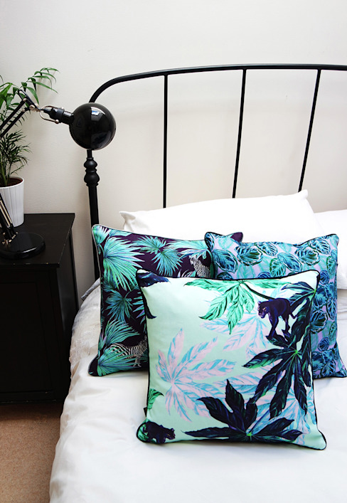Puma Palm Mint Cushion, Zebra Fan Navy Cushion, Feather Leaf Lilac Cushion de Righteous Raven Ecléctico