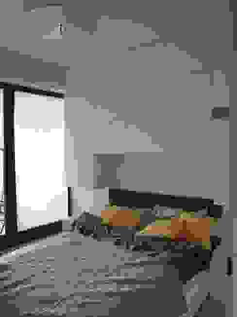 Mała sypialnia Nowoczesna sypialnia od ,,Goya Art'' Małgorzata Świderska Nowoczesny