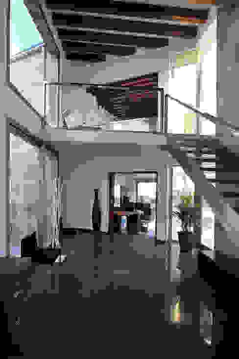 Vestíbulo de acceso y distribución Pasillos, vestíbulos y escaleras de estilo moderno de Chiarri arquitectura Moderno