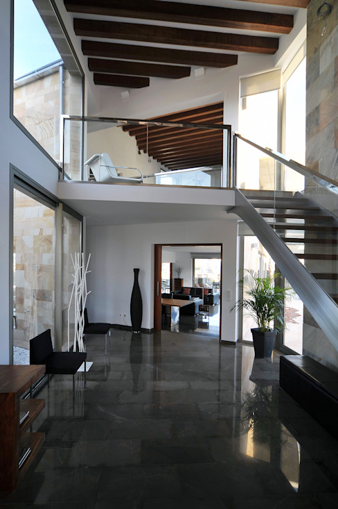 Corredores e halls de entrada  por Chiarri arquitectura