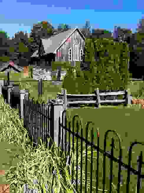 Country Farmhouse Exterior Maisons originales par Kathryn Osborne Design Inc. Éclectique