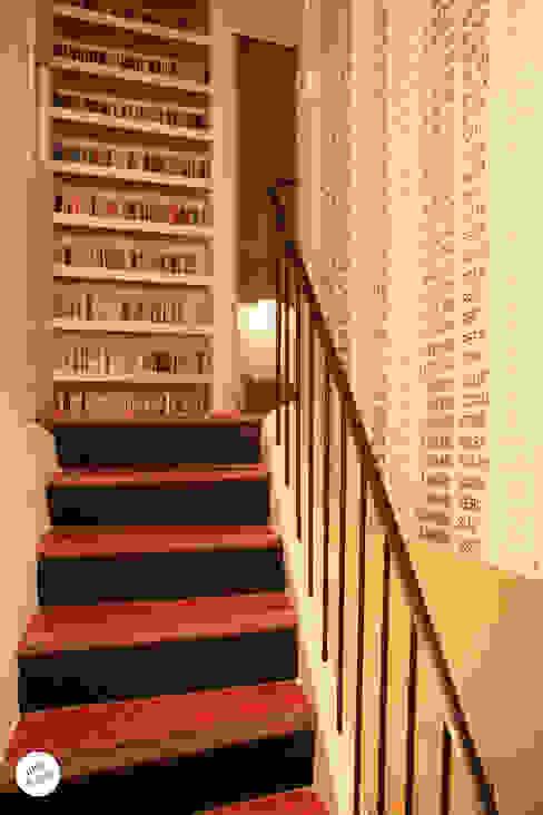 Pasillos, vestíbulos y escaleras de estilo moderno de Julie Le Goff Moderno