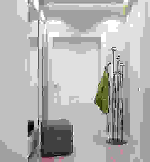 """Дизайн прихожей в современном стиле в ЖК """"Панорама"""" Коридор, прихожая и лестница в модерн стиле от Студия интерьерного дизайна happy.design Модерн"""