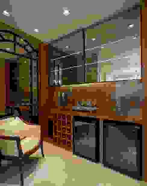 Bodegas de vino de estilo clásico de Mariane e Marilda Baptista - Arquitetura & Interiores Clásico