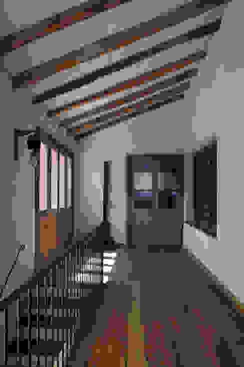 Chalet Atamisque: Pasillos y recibidores de estilo  por Bórmida & Yanzón arquitectos,Rústico