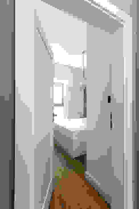 Mieszkanie w Warszawie/ IN PRACOWNIA Minimalistyczna sypialnia od www.niewformie.pl Minimalistyczny