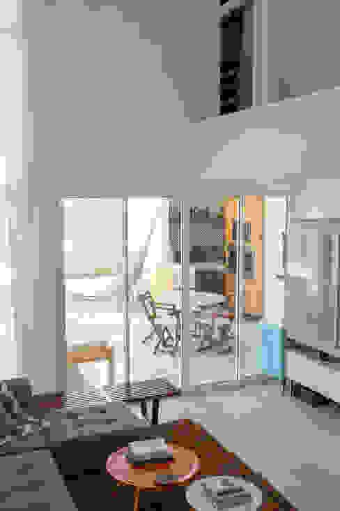 Moderne Wohnzimmer von POCHE ARQUITETURA Modern
