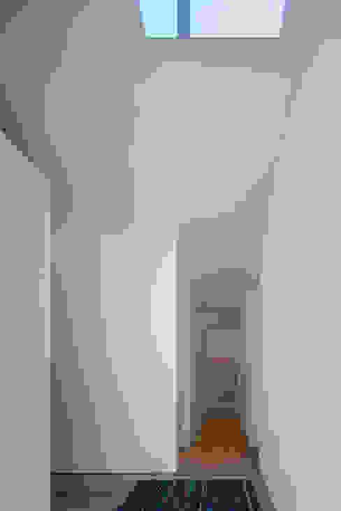 Moderner Flur, Diele & Treppenhaus von 安部秀司建築設計事務所 Modern
