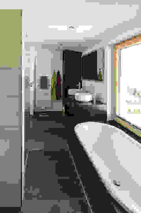 Haus OM in Seelbach Moderne Badezimmer von Schuler Architekten Modern