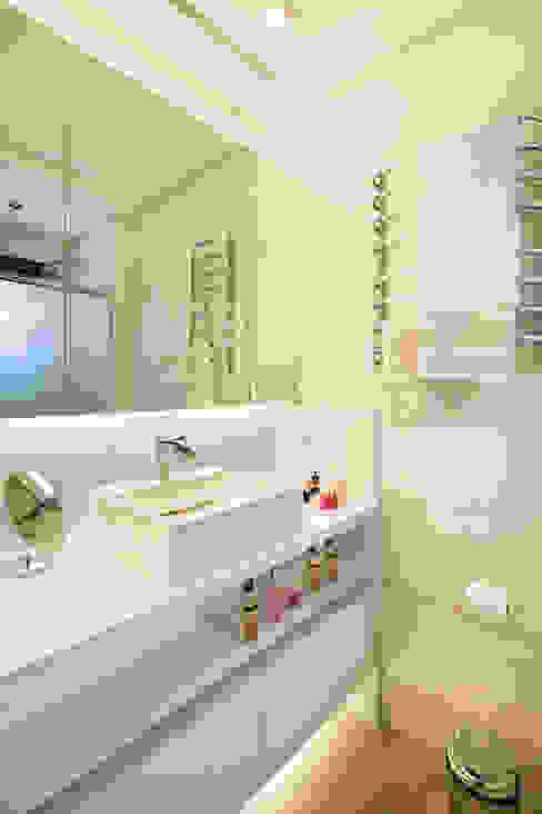 Novo e descolado. Banheiros modernos por Caroline Vargas | C. Arquitetura Moderno