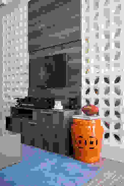 Sala de TV Home por Biarari e Rodrigues Arquitetura e Interiores Moderno Cerâmica