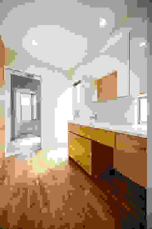 Ванная комната в скандинавском стиле от 一級建築士事務所haus Скандинавский
