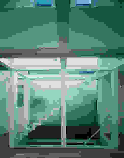 Ruang Multimedia oleh 原 空間工作所 HARA Urban Space Factory, Modern Kaca